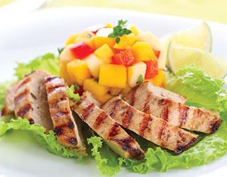Tavuklu mango salatası